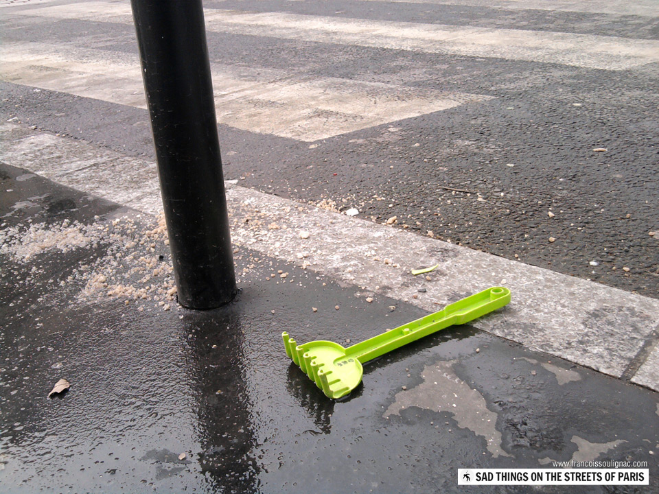 Sad things on the Streets of Paris, Rateau vert plastique jouet enfant perdu