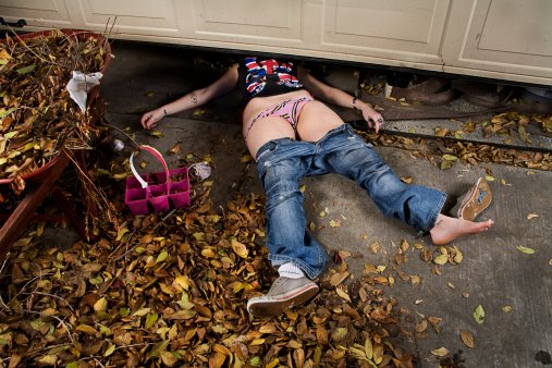 IMAGE BANK FAIL Woman, accident under garage door. ©Daniel Arsenault